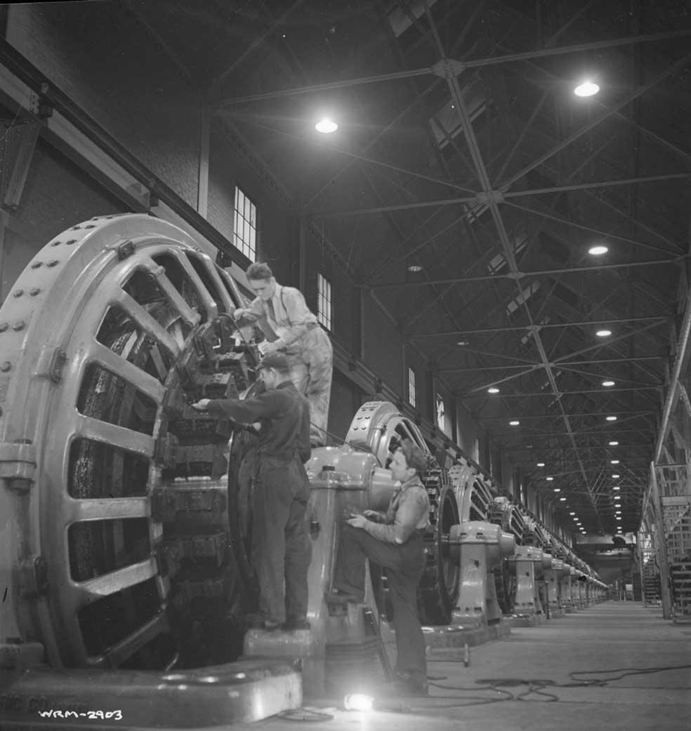 Des ouvriers, à l'usine Alcan Aluminium Limitée d'Arvida, surveillent un convertisseur rotatif