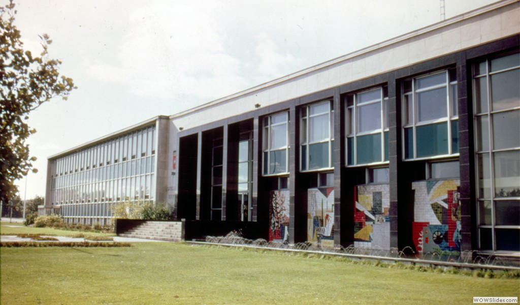 The old Arvida City hall, now the Saguenay Public security service headquarters. In the foreground, a 1960 mural by Jordi Bonet.
